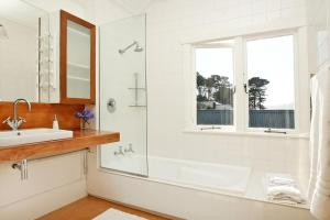 A bathroom at Beachfront Wellington Bed and Breakfast