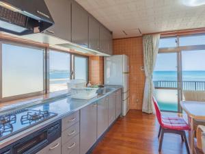 かりゆしコンドミニアムリゾート金武 NewCovenant (ニューコベナント)にあるキッチンまたは簡易キッチン