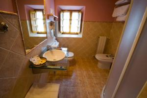 A bathroom at Posada La Rivera De Escalante