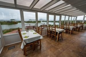 Ein Restaurant oder anderes Speiselokal in der Unterkunft Dimmuborgir Guesthouse