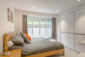 A bed or beds in a room at High Spec Lux apartment