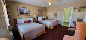 A bed or beds in a room at The L Motel Downtown/NAU Conference Center