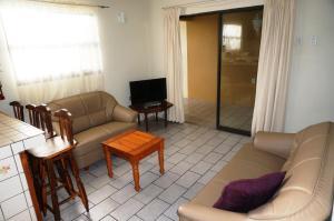 Uma área de estar em Hersher Studio's & Apartments