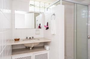 A bathroom at Hotel Ilhabela