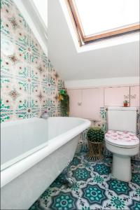 A bathroom at Designer Artistic Home Roof Terrace 24h Transport Greater London