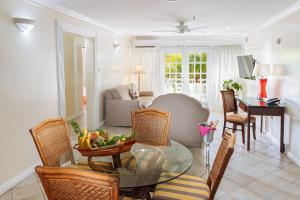 A seating area at Bay Gardens Hotel