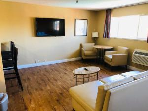 A seating area at Roy Inn & Suites -Sacramento Midtown