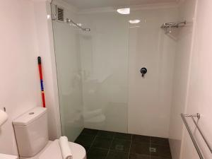 A bathroom at Cozy living in Darling Harbour with Free Parking