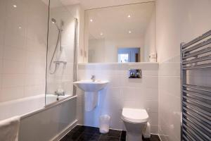 A bathroom at Flexi-lets@Station View Guildford