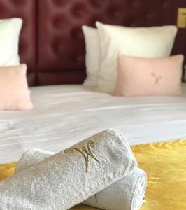 Un ou plusieurs lits dans un hébergement de l'établissement Aux waterzooi Hôtel Merveilleux côté port