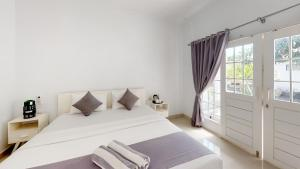 A bed or beds in a room at Casa Blanca Gili Air