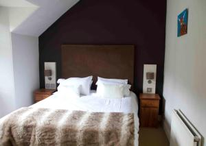 A bed or beds in a room at Airlie House Self Catering
