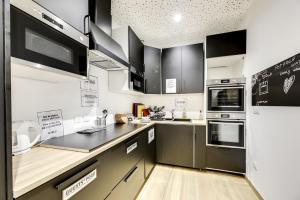 A cozinha ou cozinha compacta de The People Hostel - Paris 12