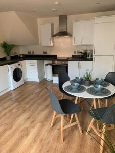 A kitchen or kitchenette at Modern House Ideal for Groups