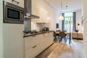 A kitchen or kitchenette at Residence 85 Amsterdam