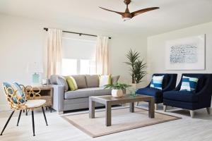 Ein Sitzbereich in der Unterkunft Hotel Cabana Clearwater Beach