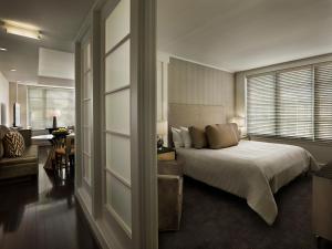 سرير أو أسرّة في غرفة في أكا وايت هاوس