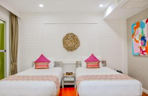 A bed or beds in a room at Ark Bar Beach Resort
