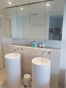 A bathroom at Upmarket Resort At Oracle Broadbeach URGC