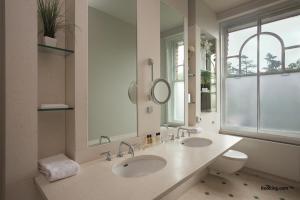 A bathroom at Woodlands Park Hotel