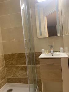 Salle de bains dans l'établissement The Originals City, Hôtel Costières, Nîmes (Inter-Hotel)