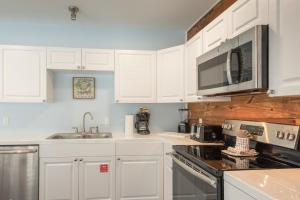 A kitchen or kitchenette at Commodore's Cove
