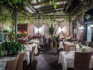 Un restaurante o sitio para comer en Hotel Au Quartier
