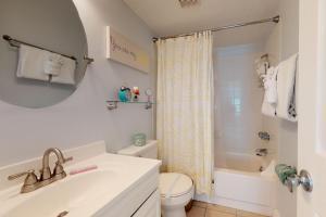 A bathroom at Bay View Inn 202