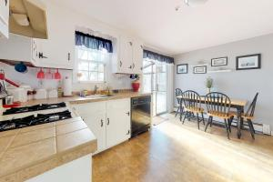 A kitchen or kitchenette at Adrian's Cape Cottage