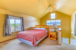 A bed or beds in a room at Lakeview Villa #809