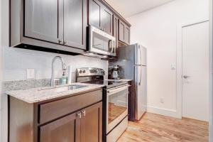 A kitchen or kitchenette at 1 Bed 1 Bath Apartment in Dallas
