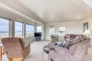 A seating area at Coast Haven - 2 Bed 2 Bath Vacation home in Bandon Dunes