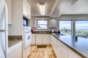 A kitchen or kitchenette at Coast Haven - 2 Bed 2 Bath Vacation home in Bandon Dunes