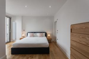 A bed or beds in a room at Veeve - Modernist by the Cutty Sark