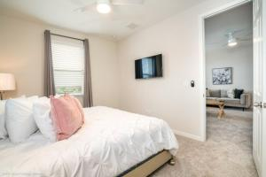 A bed or beds in a room at 1719Cvt Orlando Newest Resort Community Home Villa