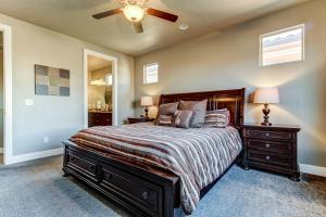 A bed or beds in a room at Red Cliff View Luxury Home: Paradise Village #2