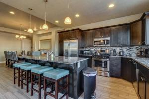 A kitchen or kitchenette at Red Cliff View Luxury Home: Paradise Village #2