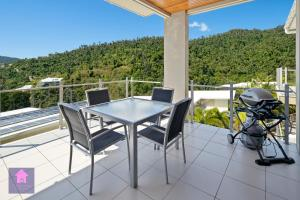 A balcony or terrace at Amazing Ocean views, Pool, Award winning location, Airlie Beach