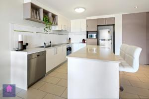 A kitchen or kitchenette at Amazing Ocean views, Pool, Award winning location, Airlie Beach