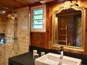 A bathroom at Senteur Vanille