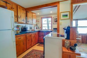 A kitchen or kitchenette at The Shoreline Cottage