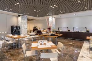 Un restaurante o sitio para comer en Occidental Murcia Siete Coronas