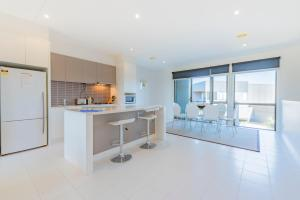 A kitchen or kitchenette at Stylish 3 Bedroom Condo