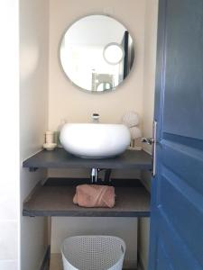 A bathroom at APPARTEMENT VUE MER St MALO CUISINE ENTIEREMENT EQUIPEE 6 PERSONNES
