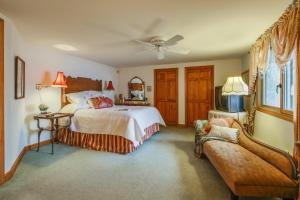 A bed or beds in a room at Selah Lakefront Retreat