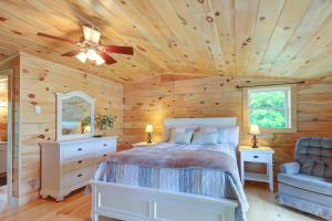 A bed or beds in a room at Damariscotta Lakefront Retreat