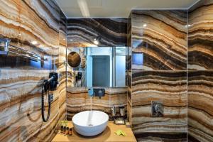 Ένα μπάνιο στο Elia Agia Marina Hotel