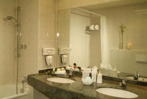 A bathroom at Quality Hotel Augsburg