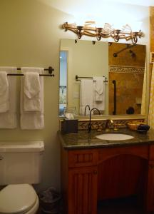 A bathroom at Castillo Inn at the Beach