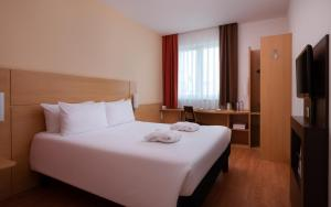 A bed or beds in a room at Ibis Moscow Centre Bakhrushina